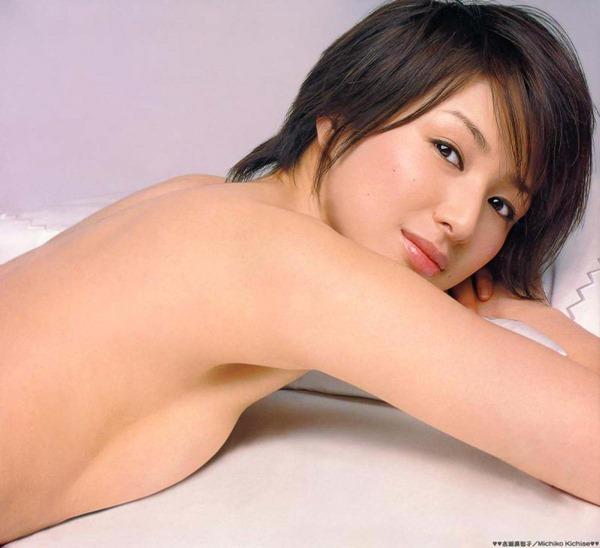 吉瀬美智子の横乳おっぱいセミヌード画像1