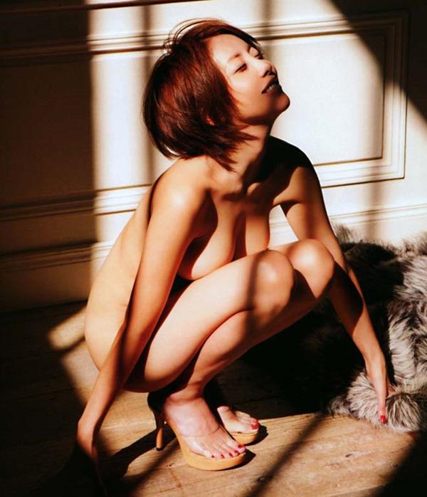 熊切あさ美の全裸ヌード画像1