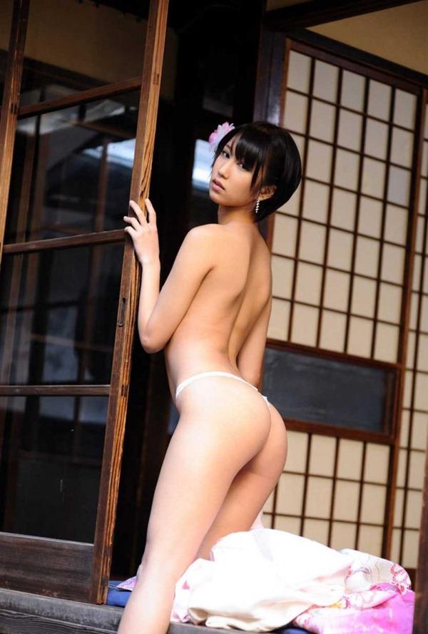 湊莉久のマン毛ショートヘア黒髪画像1