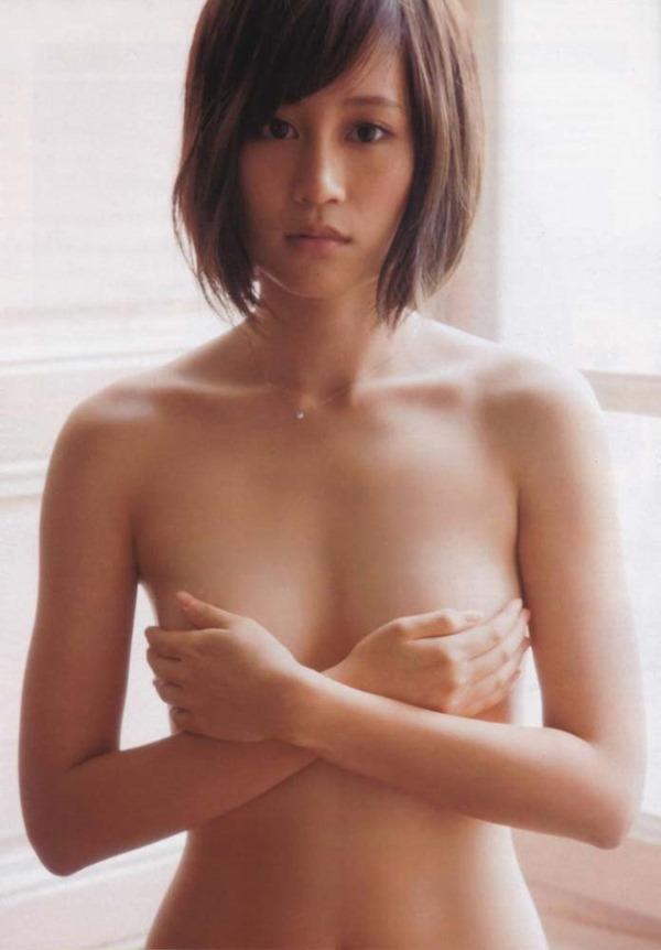 前田敦子の手ブラおっぱい尻出しセミヌード画像1