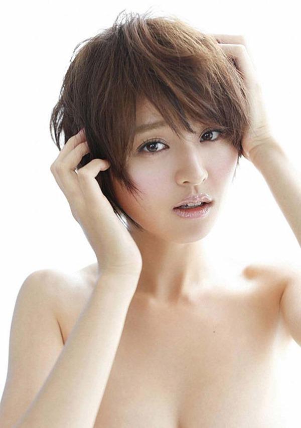 鈴木ちなみの手ブラ巨乳トップレス上半身裸画像1