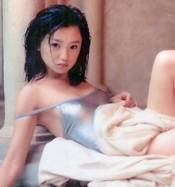 永作博美のチラ胸チラ尻グラビア画像1