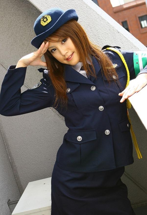 パンツ丸見え警察官コスプレ2