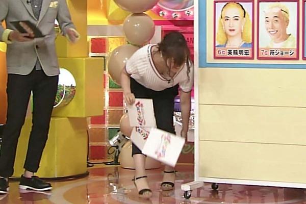 水ト麻美アナのパンチラ胸チラ画像2