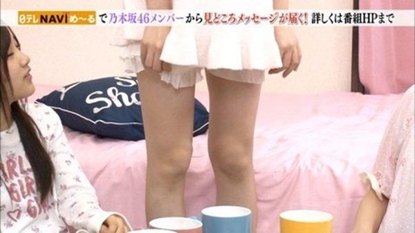 乃木坂のパジャマ姿で女子会の生脚画像2