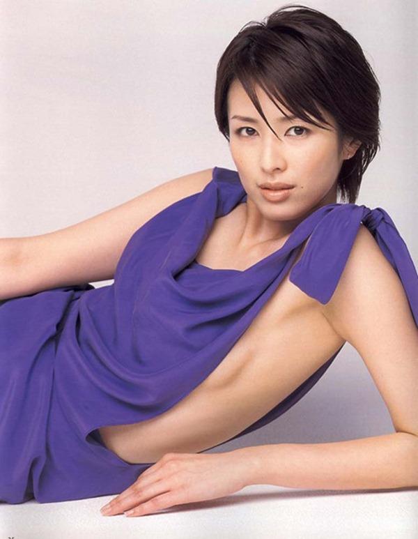 吉瀬美智子の横乳おっぱいセミヌード画像2