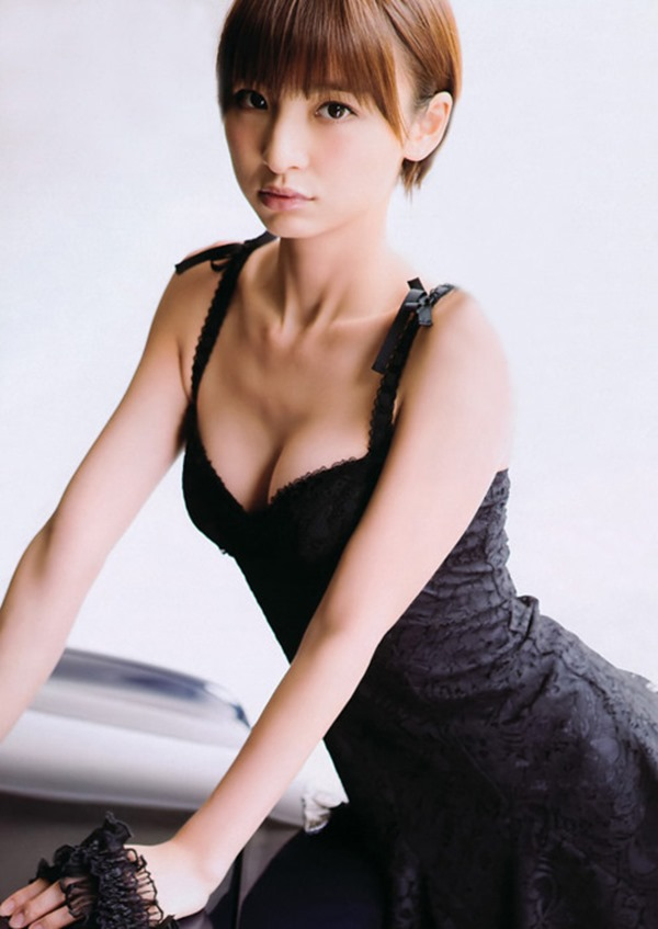 篠田麻里子のグラビア画像2