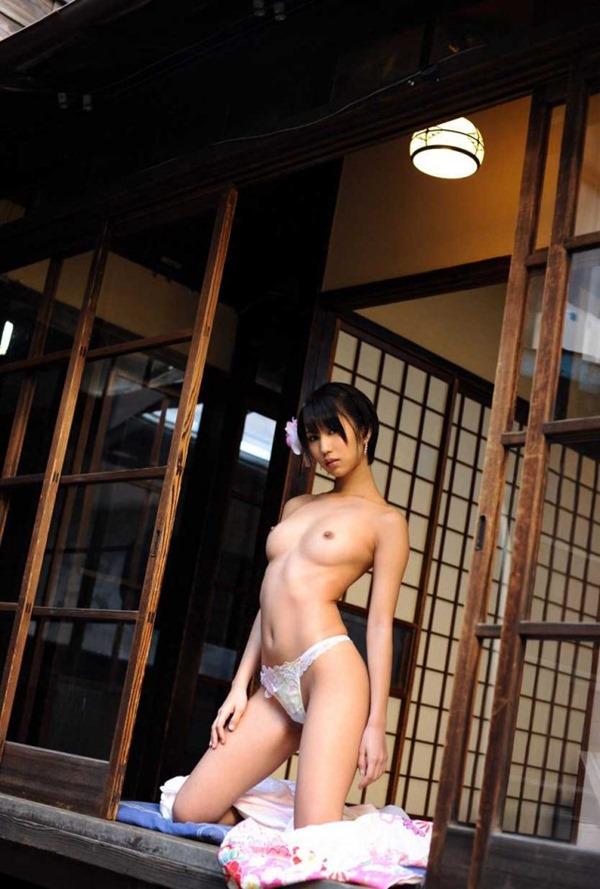 湊莉久のマン毛ショートヘア黒髪画像2
