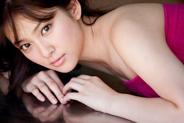 武井咲のキュートな太もも胸の谷間ちっぱい水着画像2