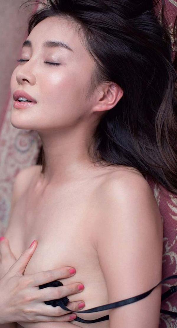 高部あいの手ブラ美乳トップレス上半身裸ヌード画像2