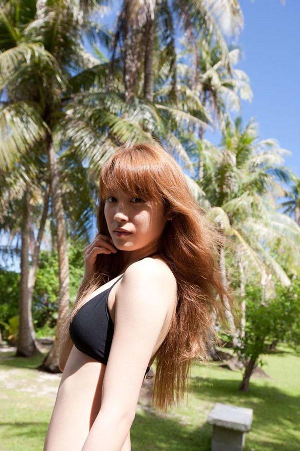 高橋愛のハミ乳首おっぱいグラビア水着画像2