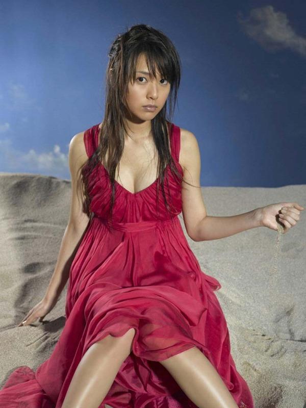 戸田恵梨香のキュートなグラビアちっぱい水着画像2