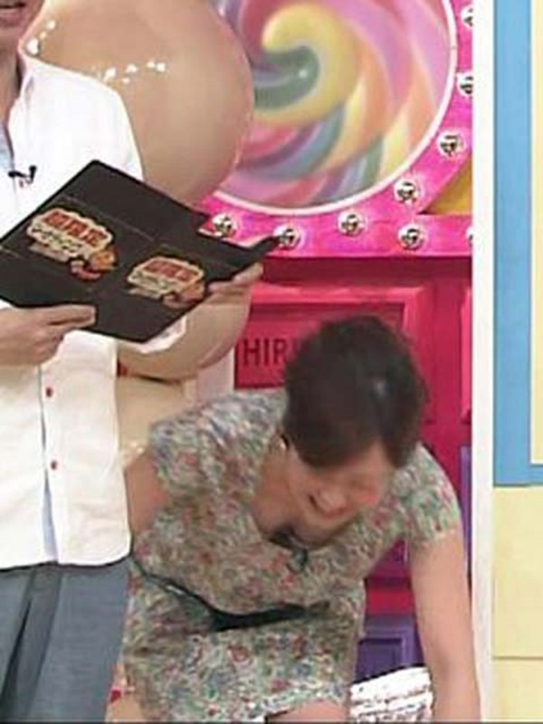 水ト麻美アナのパンチラ胸チラ画像3