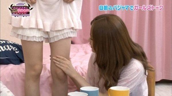 乃木坂のパジャマ姿で女子会の生脚画像3