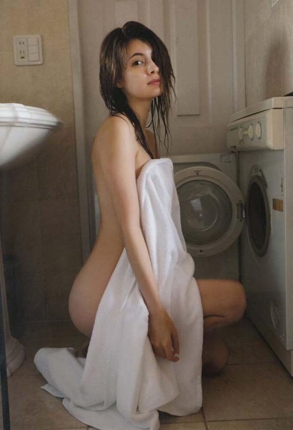 マギーの乳首隠し尻出し全裸ヌード画像3