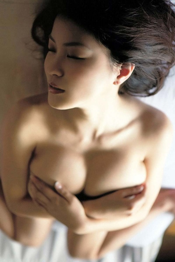 岸明日香の爆乳ハミ乳・手ブラ画像3