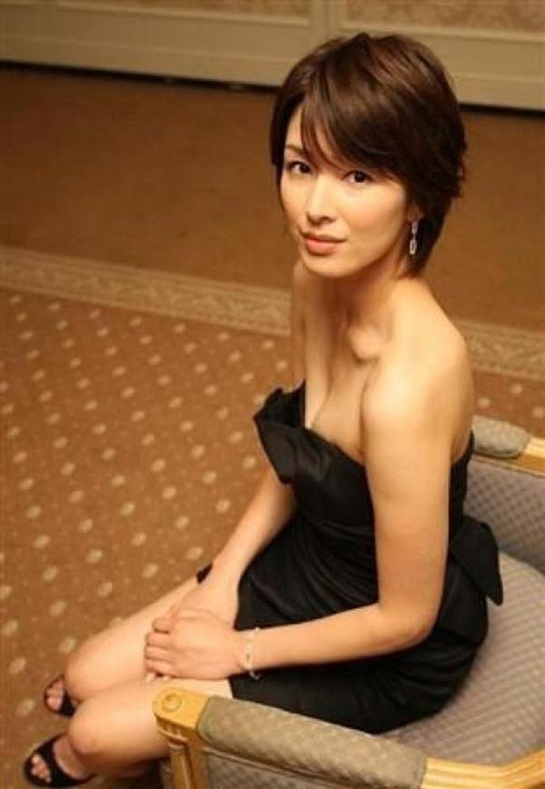 吉瀬美智子の横乳おっぱいセミヌード画像3