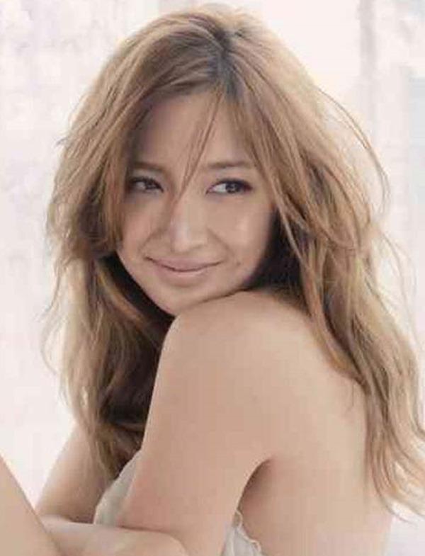 紗栄子の手ブラ巨乳おっぱいセミヌード画像3