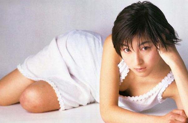 広末涼子のノーブラおっぱいの谷間画像3