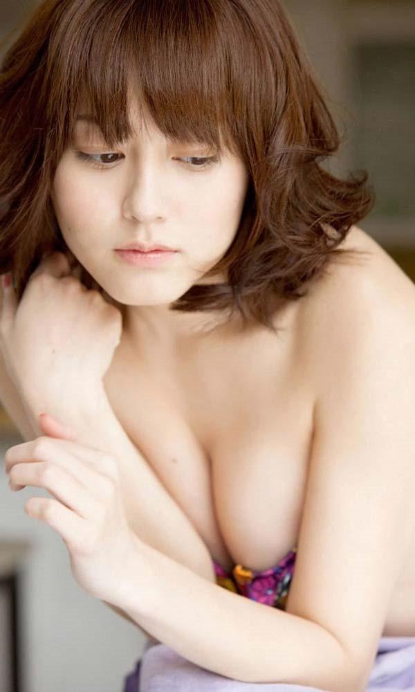 杉本有美の手ブラ巨乳セミヌード尻画像3