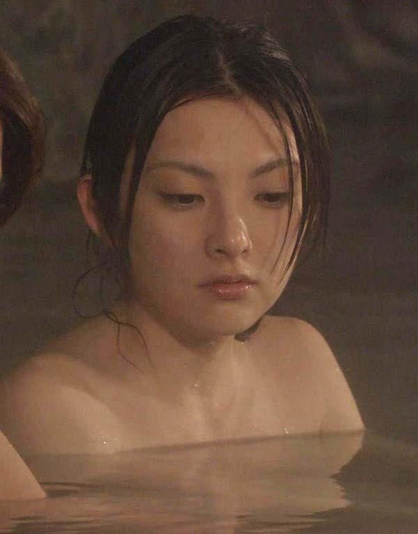 田中麗奈の入浴シーン胸の谷間グラビア乳画像3