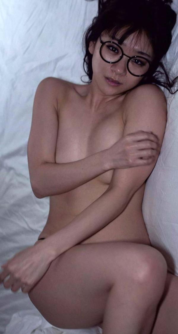 時東ぁみの手ブラおっぱいセミヌード画像3