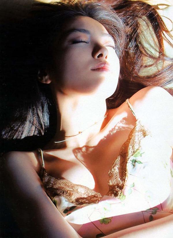 仲間由紀恵の胸の谷間グラビア水着画像3