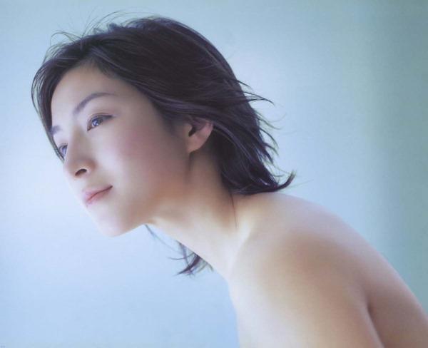 広末涼子のノーブラおっぱいの谷間画像4