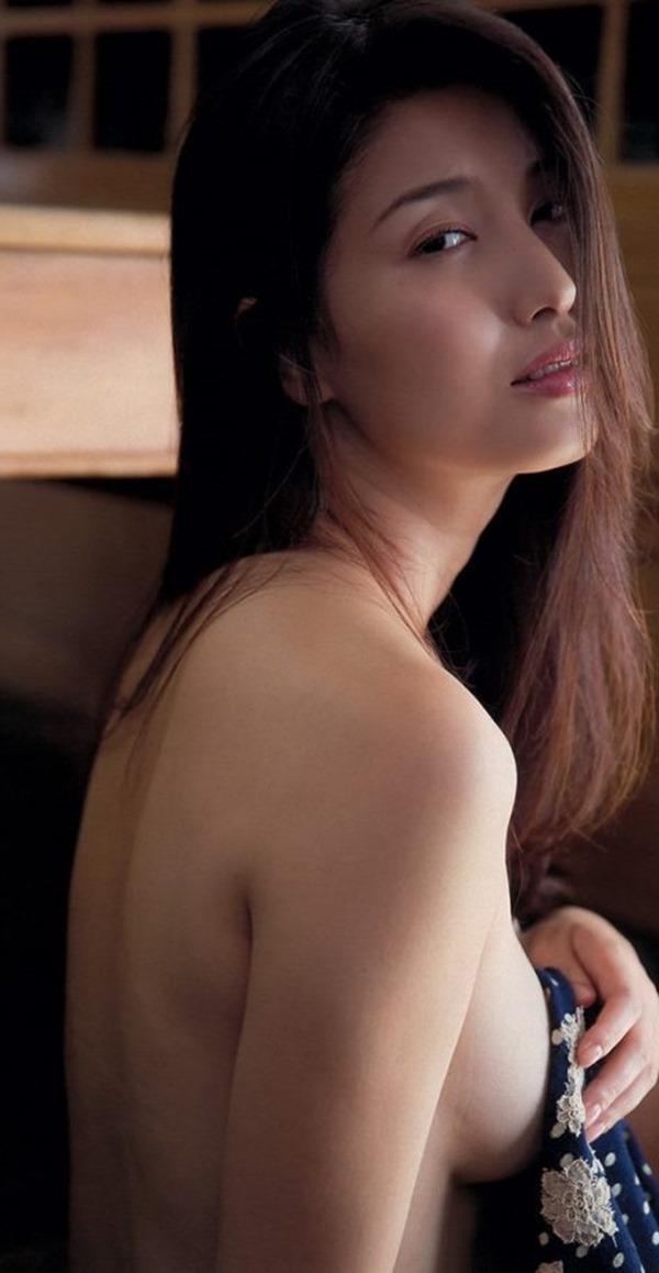 橋本マナミの手ブラ巨乳を揉まれエロキャプ画像4
