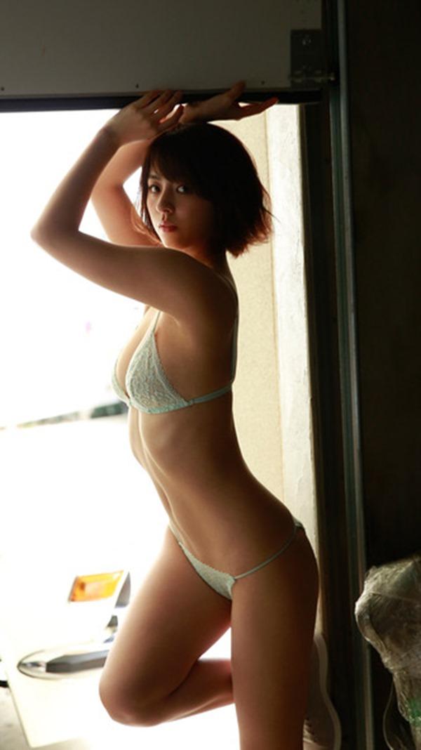タヌキ顔が愛らしい柳ゆり菜の極上ボディー水着画像4