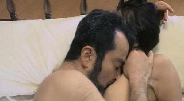 岩佐真悠子の乳首吸われヌード画像5