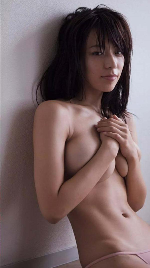 小瀬田麻由の手ブラ巨乳おっぱい画像5