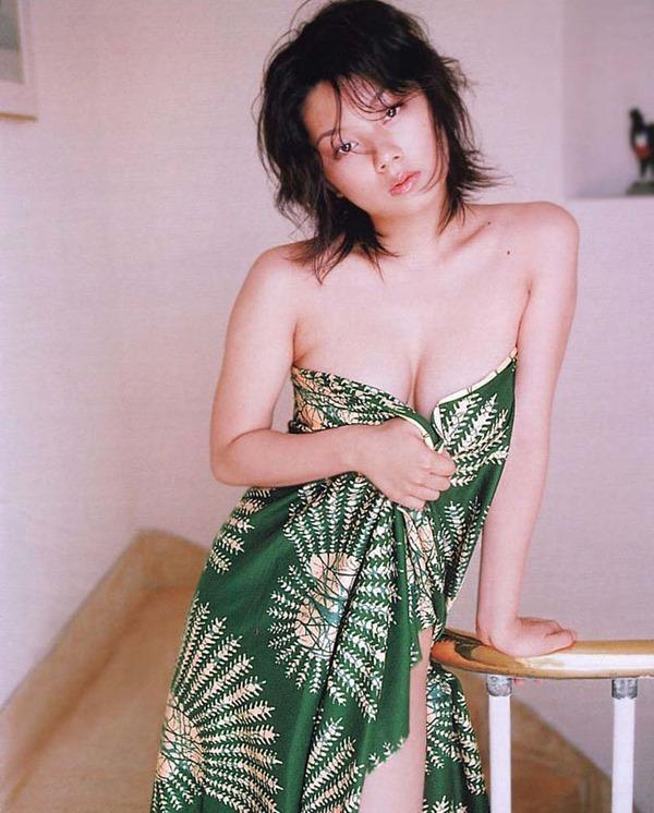 小池栄子の巨乳おっぱい入水セミヌード画像5