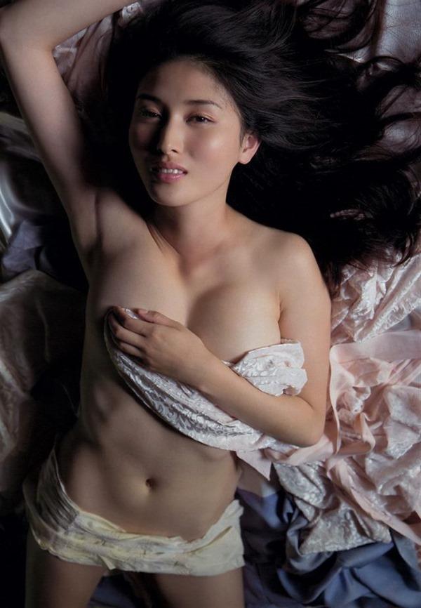 橋本マナミの手ブラ巨乳を揉まれエロキャプ画像5