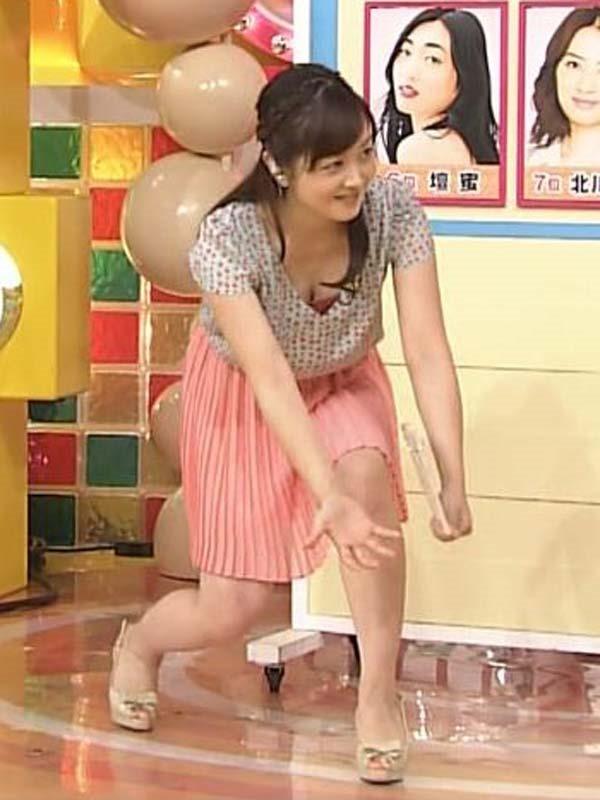 水ト麻美アナのパンチラ胸チラ画像6