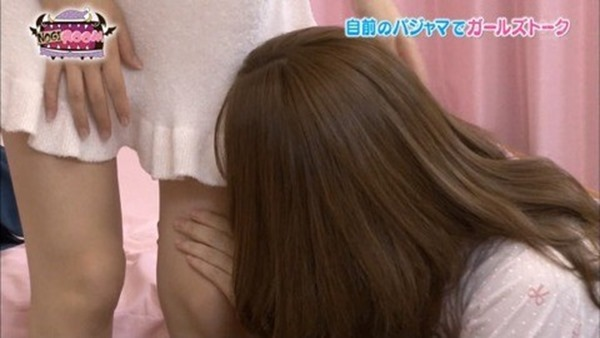 乃木坂のパジャマ姿で女子会の生脚画像6