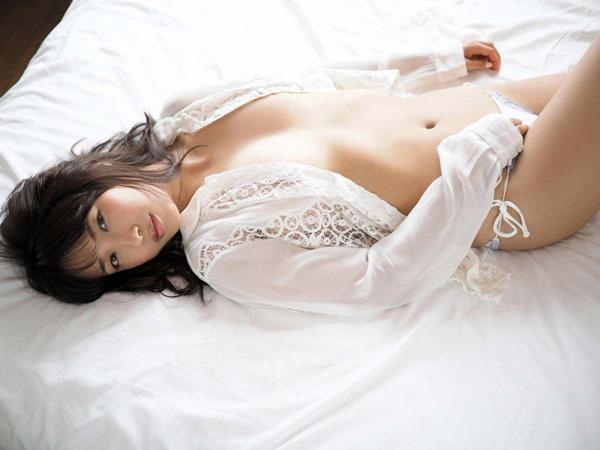 佐藤聖羅の手ブラ巨乳セミヌード画像6