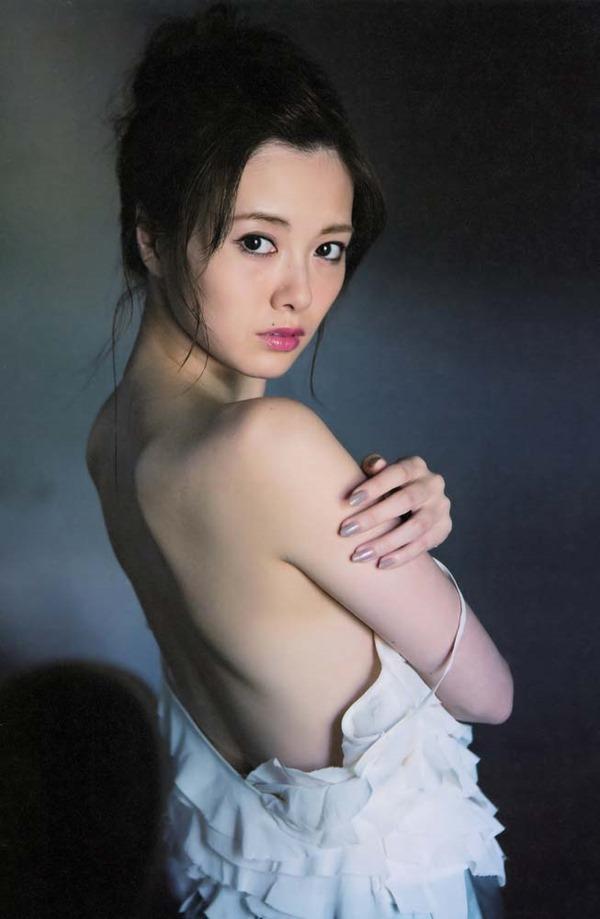 白石麻衣の横乳セミヌードグラビア画像6