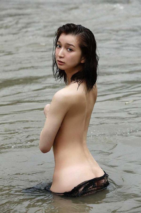 芹那の手ブラ巨乳トップレス上半身ヌード画像6