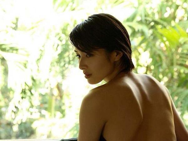 吉瀬美智子の横乳おっぱいセミヌード画像7