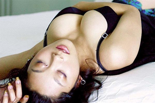 小池栄子の巨乳おっぱい入水セミヌード画像7