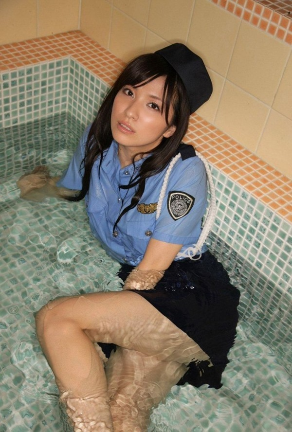 パンツ丸見え警察官コスプレ8