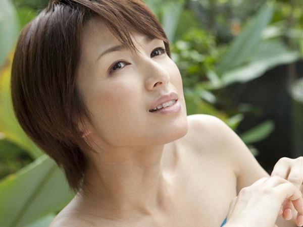 吉瀬美智子の横乳おっぱいセミヌード画像8