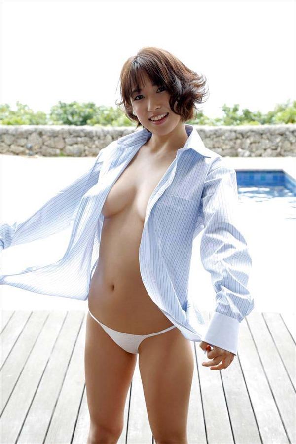 佐藤聖羅の手ブラ巨乳セミヌード画像8