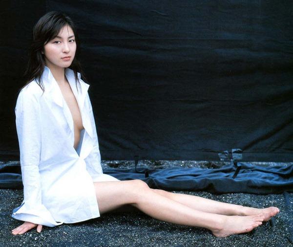 広末涼子のノーブラおっぱいの谷間画像8