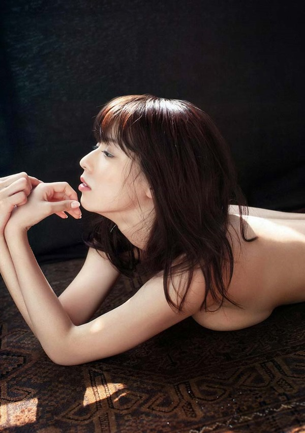 小瀬田麻由の手ブラ巨乳おっぱい画像9