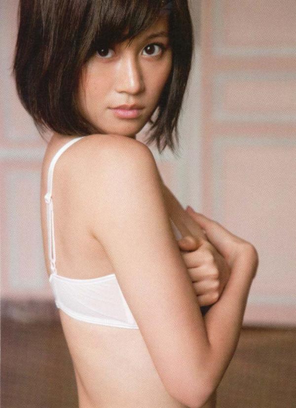 前田敦子の手ブラおっぱい尻出しセミヌード画像9