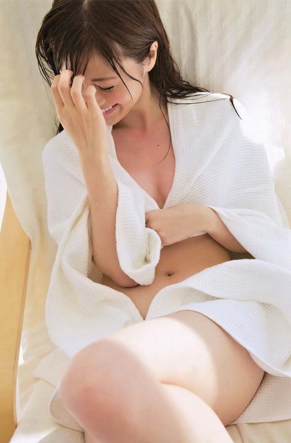 白石麻衣の横乳セミヌードグラビア画像9