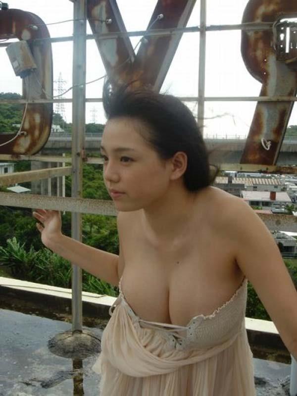 篠崎愛のハミ乳ハミ尻グラビア巨乳おっぱい画像9