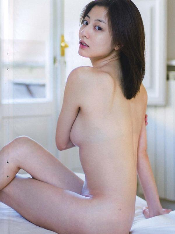 杉本有美の手ブラ巨乳セミヌード尻画像9